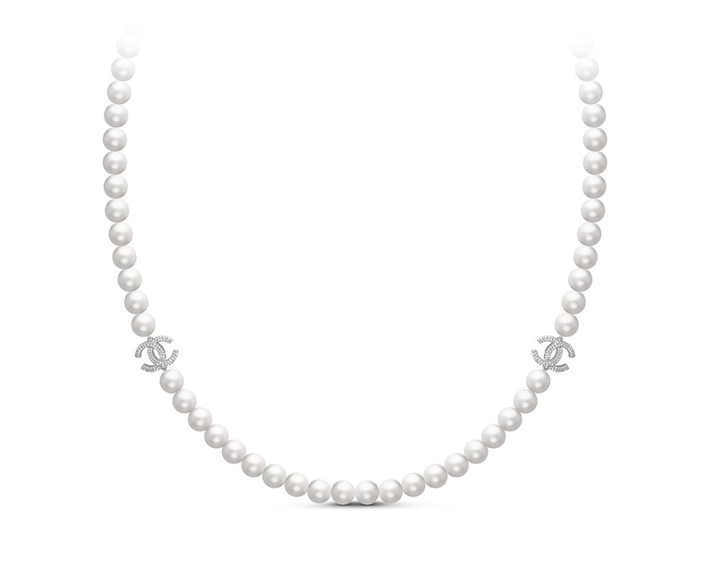 Колье из белого круглого жемчуга со вставками из серебра