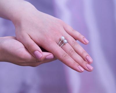 """Кольцо """"Дуэт"""" из белого золота с белой и серебристой жемчужинами Акойя 7,5-8 мм"""