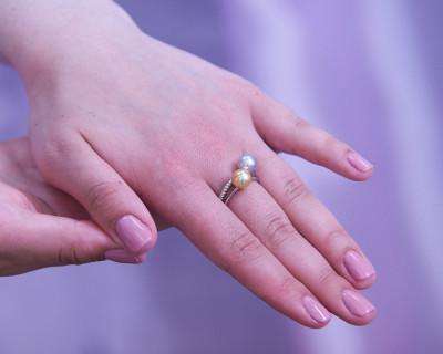 """Кольцо """"Дуэт"""" из белого золота c золотой и серебристой жемчужинами Акойя 7,5-8 мм"""