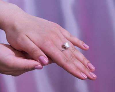 """Кольцо из серебра с белой речной жемчужиной """"Барокко"""" 10,5-11 мм"""