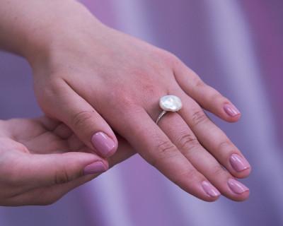 """Кольцо из серебра с белой речной жемчужиной """"Барокко"""" 14-14,5 мм"""