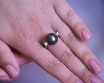 """Кольцо """"Роскошь"""" из белого золота с черной морской Таитянской жемчужиной 13-13,5 мм"""