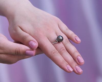 Кольцо из белого золота с черной морской Таитянской жемчужиной 11-11,5 мм